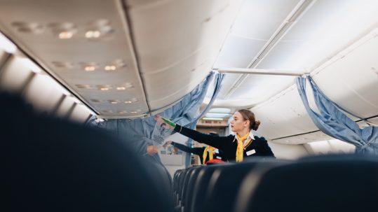 Auxiliares de vuelo: prevención del dolor de espalda